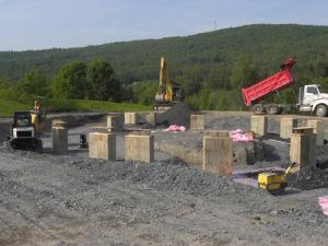 Enfouissement des fondations et nivelage du sol.