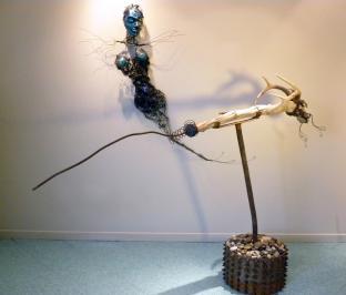 Installation, POISSON LUNE & SERPENT ÉTOILE, polymère, bois, métal, cornes, fibres - 2009