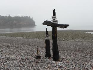 TOTEMS DE MER - bois carbonisé, roches, St-Martins, N.-B., Canada - 2012