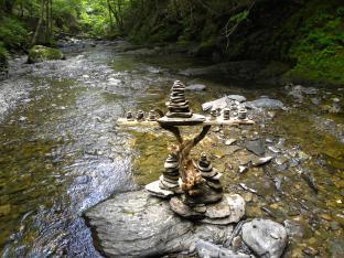 Autel de pierres, bois tombé, roches, St-Basile, N.-B., Canada - 2014
