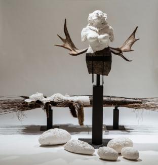 Céramique, métal, retailles de fourrure, laine de lama, bois d'orignal, bois, fibres, 162 x 244 x 168 cm - 2014