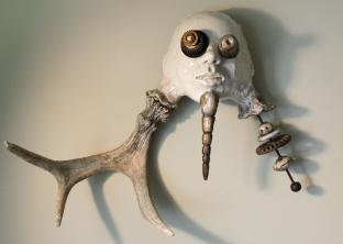 Buckman, céramique, métal, bois d'orignal tombé, 50 x 67 x 18 cm - 2017