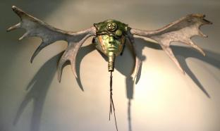 Homme Panache, céramique, bois d'orignal, fil de métal, 59 x 89 x 20 cm - 2017