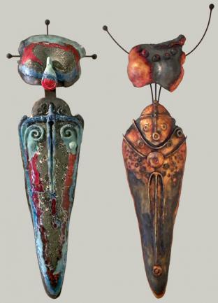 (1) WHIRLWIND GODDESS, céramique, métal, 115 x 30 x 17 - 2017 (2) SUNRISE GODDESS, céramique, métal, 137 x 48 x 13 cm - 2017